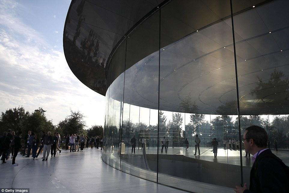 اپل از بزرگترین محصول خود رونمایی کرد . نه! این محصول گوشی یا تبلت نیست