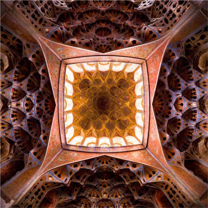 سقف عمارت عالی قاپو واقع در اصفهان
